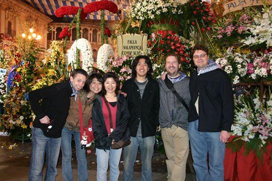 Grupo-de-alumnos-durante-la-ofrenda-de-flores